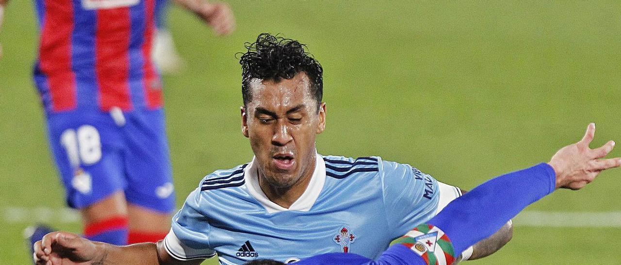 Renato Tapia pugna por el balón con Kike García, delantero del Eibar. |  // RICARDO GROBAS