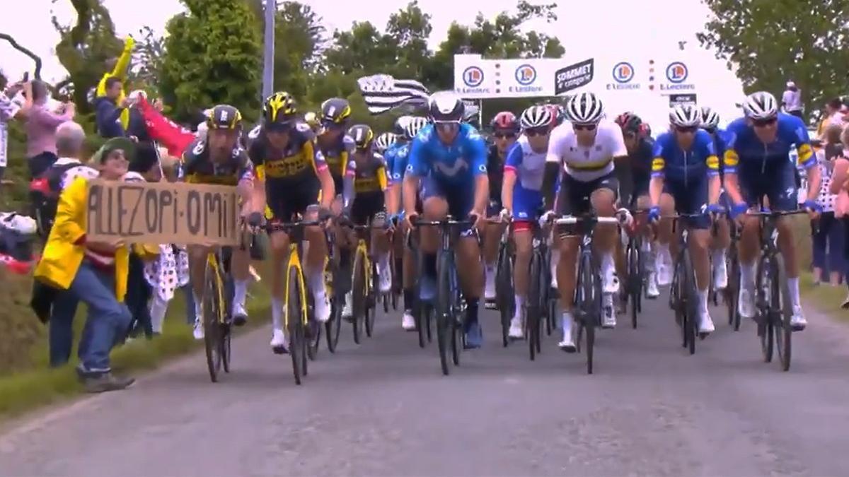 La aficionada que portaba la pancarta que causó la primera gran caída del Tour.