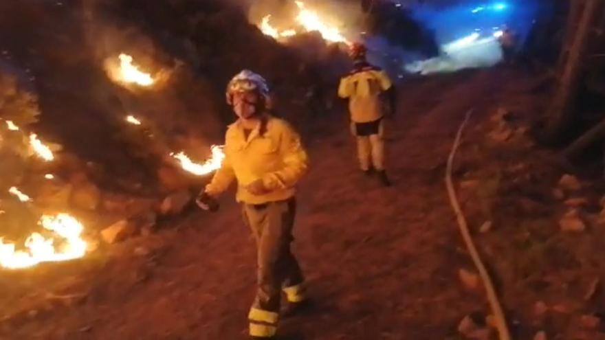 Dispositivo de Infoca trabajando en el incendio de Sierra Bermeja en la noche del domingo 12 de septiembre.