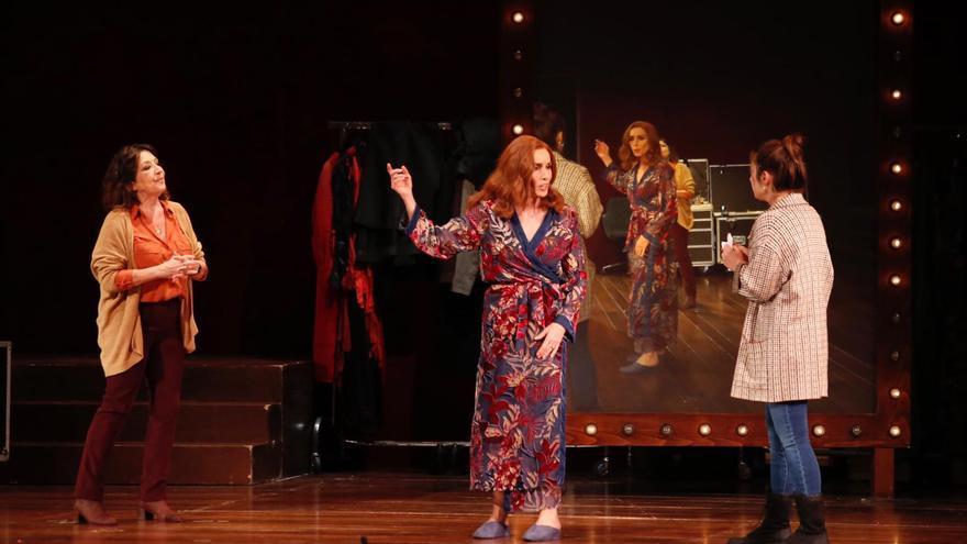 Ana Belén recibe el aplauso del público cordobés en el Gran Teatro