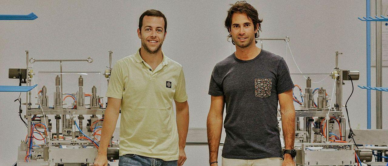 Los vigueses Denis Pérez y Diego Rivas, en las instalaciones de su fábrica Iberomask, ubicada en Burgos.