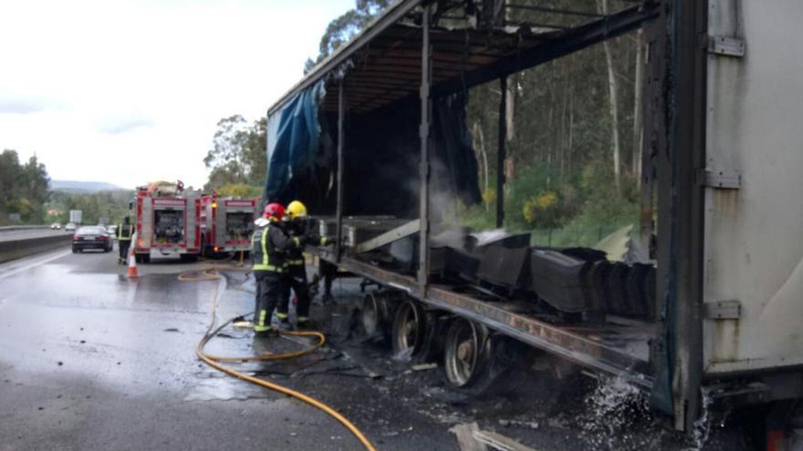 El incendio de un camión colapsa la AP-9 en Barro en sentido A Coruña