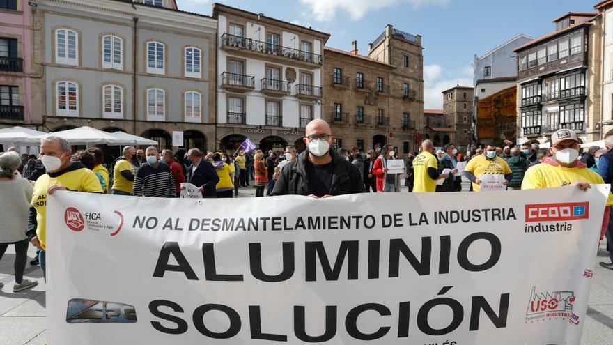 """Avilés y La Coruña harán frente común en la lucha por el aluminio: """"Esto es muy grave"""""""