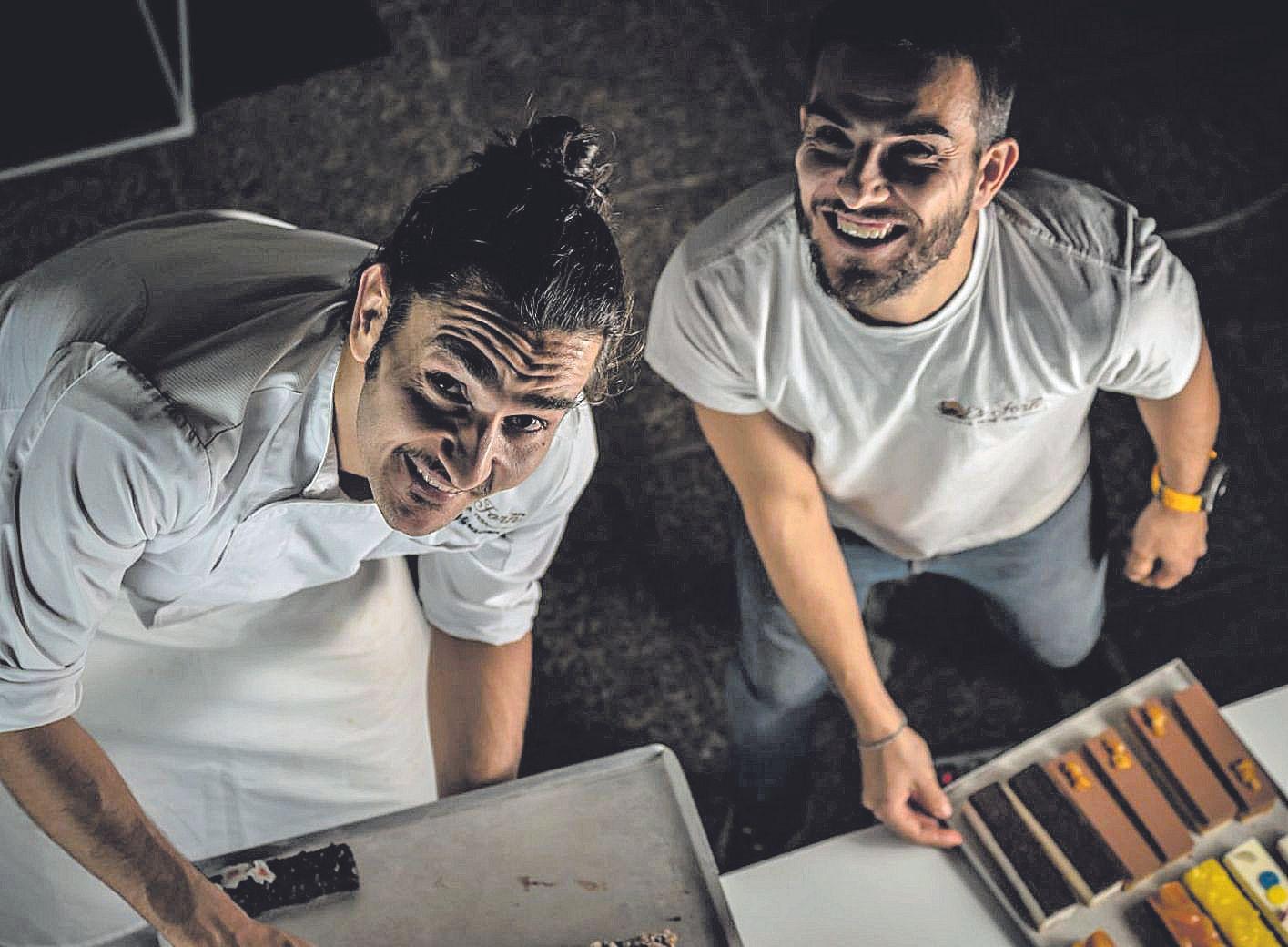 Maties y Jaume Miralles posan con una bandeja de pasteles en Es Forn del Pla de na Tesa.