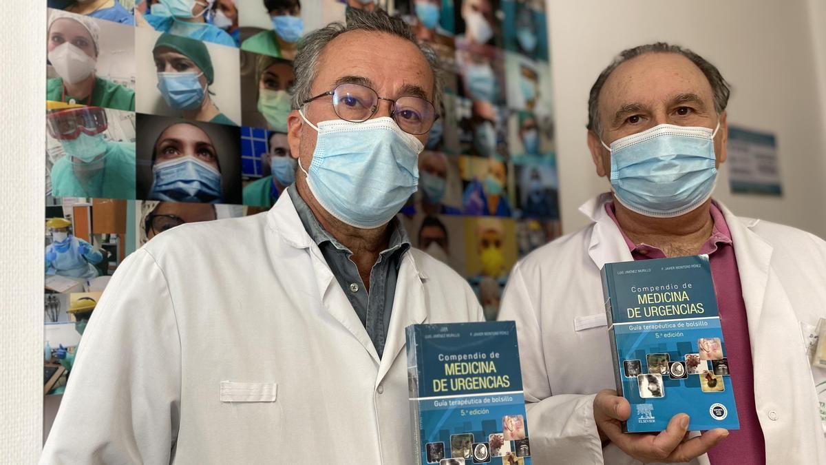 Luis Jiménez y Francisco Javier Montero con el compendio medicina de urgencias.