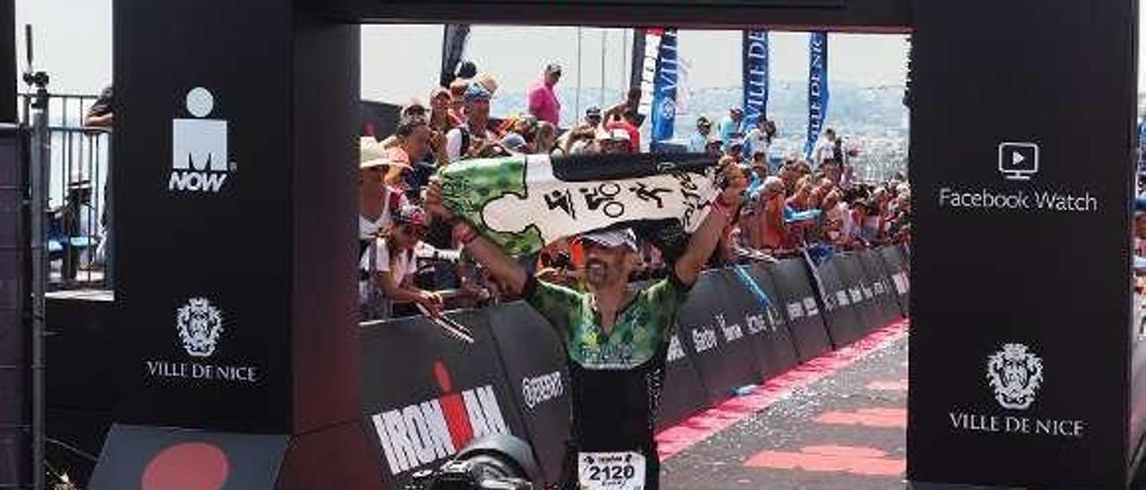 "David Fernández, ""Skypi"", cruza la meta en el Ironman de Niza."