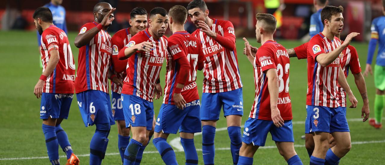Los jugadores del Sporting celebran el primer gol de Djurdjevic frente al Fuenlabrada