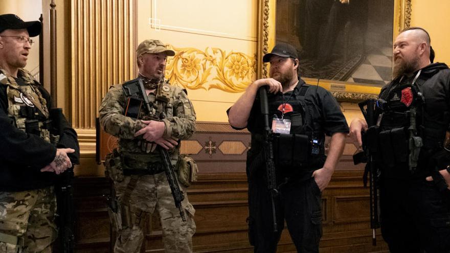 Manifestantes armados contra el confinamiento en el Capitolio en Michigan