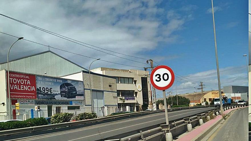 Paterna deja en 50 km/h la carretera de la Canyada tras colocar las placas de 30