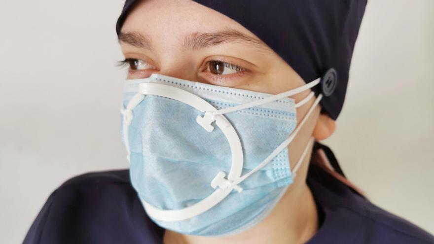 Los dispositivos de cierres personalizados patentados por ADEMA junto a mascarillas quirúrgicas, certificados como un producto sanitario y EPI frente a la COVID-19
