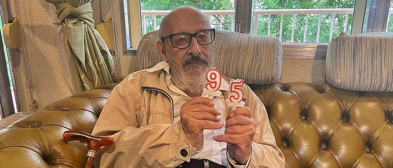 Andreu Muntaner celebra su 95 cumpleaños en su casa en Palma.