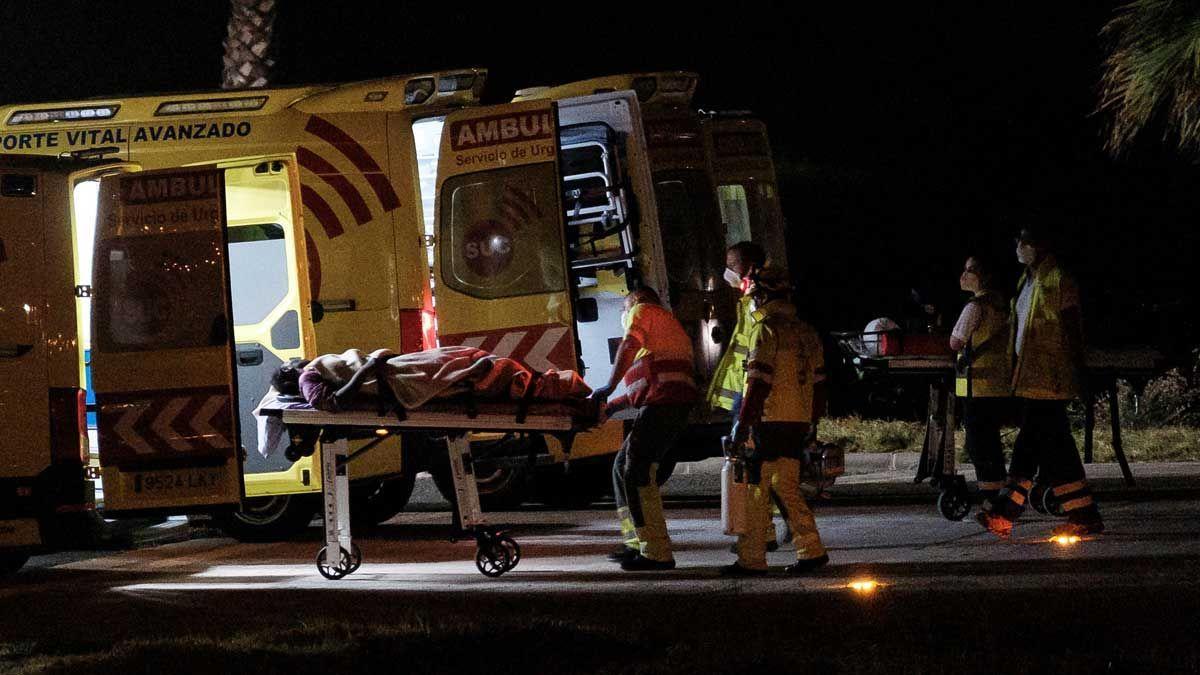 Evacuació en ambulància dels ocupants de la pastera rescatada a 500 quilòmetres de Gran Canària.