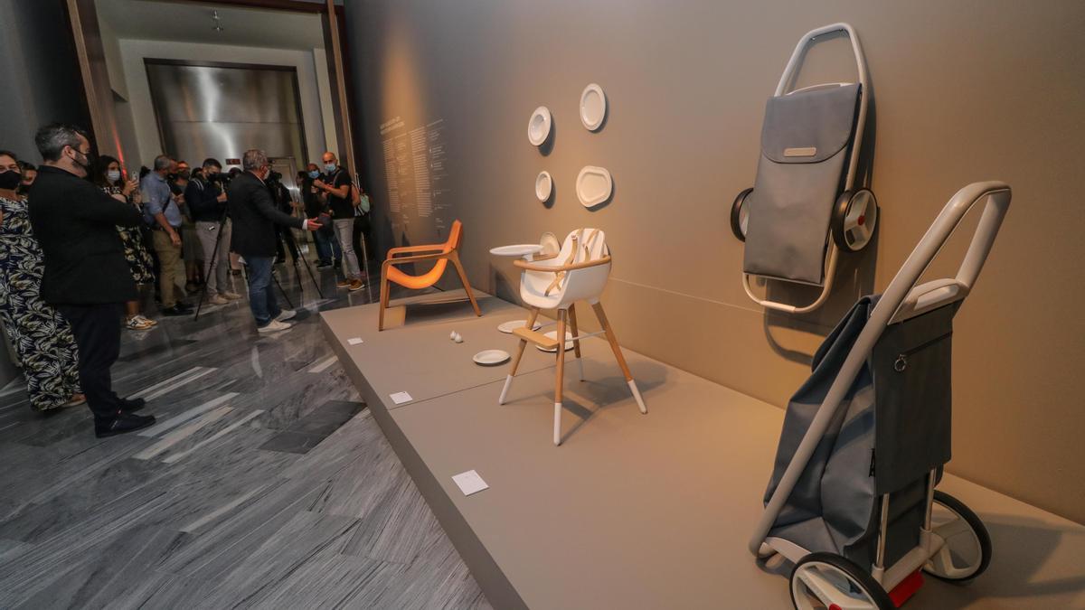 Arriba, el comisario de la muestra, Xavier Giner, explica el contenido de la exposición Disseny valencià (2009-2019), inaugurada ayer en el IVAM-CADA de Alcoy, junto a algunas de las 175 piezas que se exhiben.