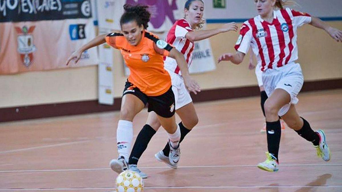 Candela Soria se va de dos rivales del Esplugues en el partido de ayer.