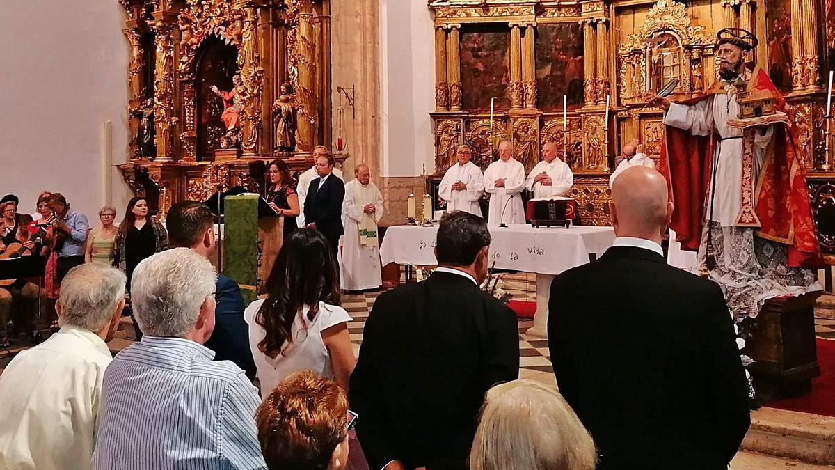 Autoridades y vecinos en la misa de fiesta celebrada en 2019 en honor de San Agustín.   M. J. C.