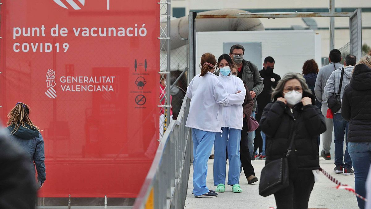 Acceso al punto de vacunación habilitado en el hospital de campaña de La Fe de València, donde la jornada transcurrió fluida y sin colas.  | J. M. LÓPEZ