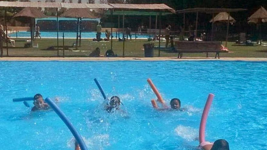 Usuarios disfrutan de la piscina en una temporada anterior.