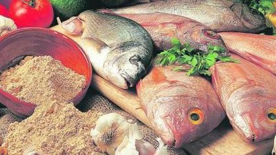 Pescado, quesos, frutas, mojos, vinos y gofio, entre otros productos típicos de las islas Canarias.