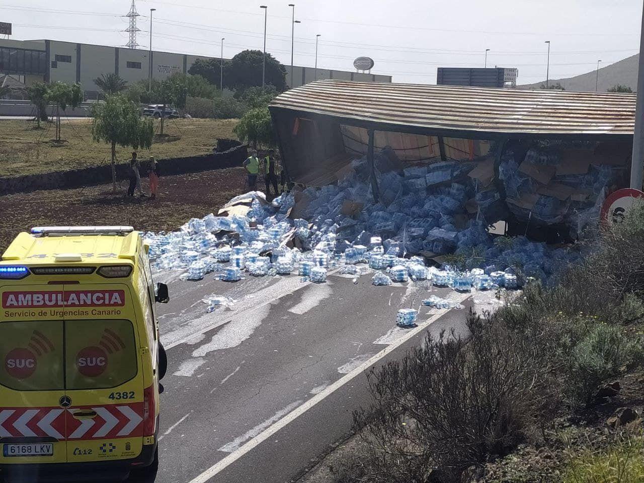 Aparatoso vuelco de un camión con botellas de agua en Tenerife