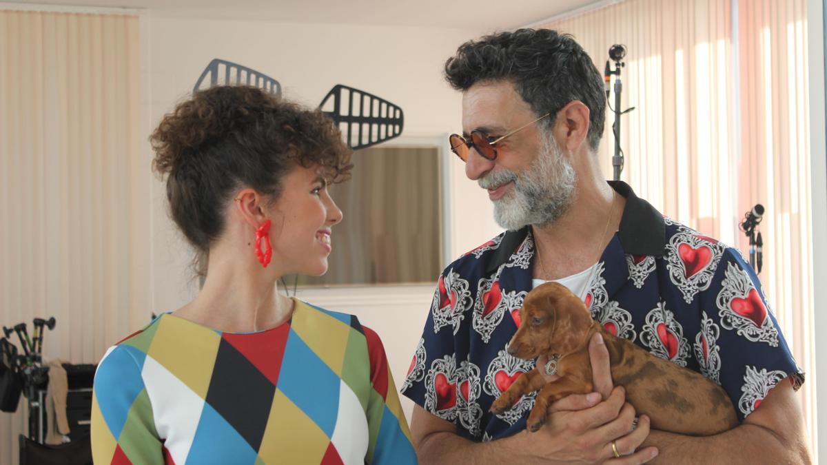 Carla Nieto y Nacho Fresnada, ayer en el rodaje de una escena en Destilerías Espronceda, en Almendralejo.