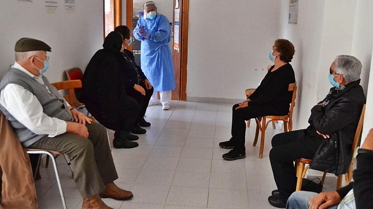 Vecinos de San Martín del Terroso esperan en el consultorio para vacunarse. | Araceli Saavedra