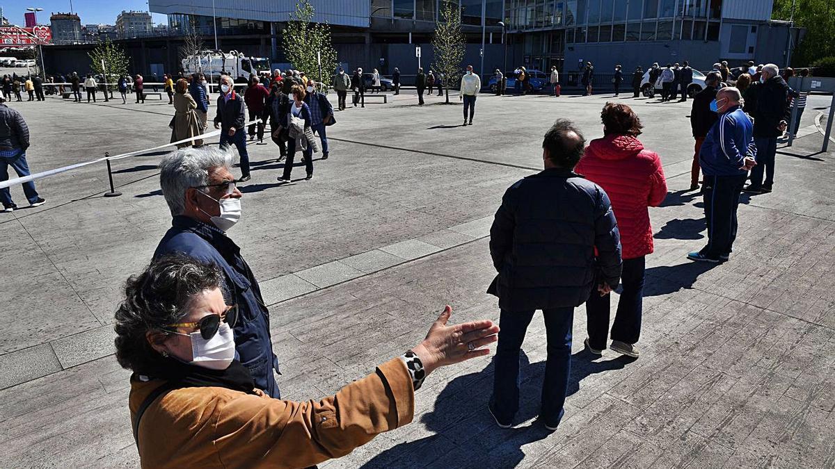 Ciudadanos hacen cola para ser vacunados, ayer, al recinto de Expocoruña.   | // VÍCTOR ECHAVE