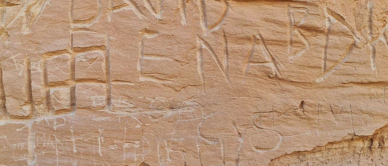 Imagen de las inscripciones vandálicas realizadas en el barranco de los Enamorados, en La Oliva. | | LP/DLP