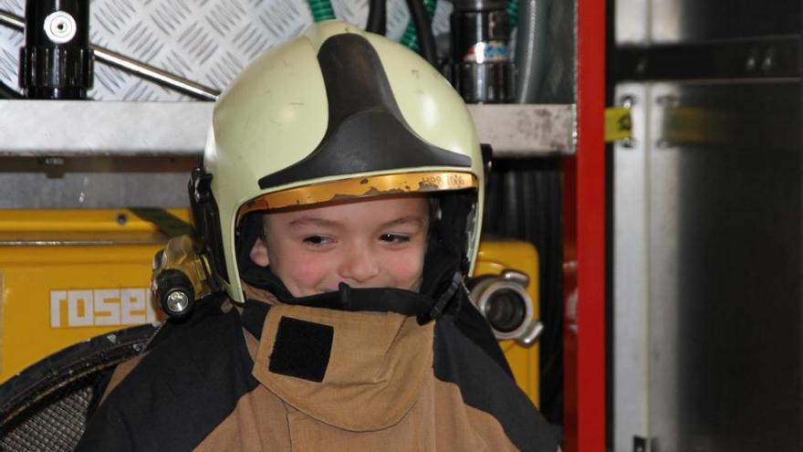 Visita de los alumnos del Carmen Ruiz-Tilve a los bomberos de Oviedo