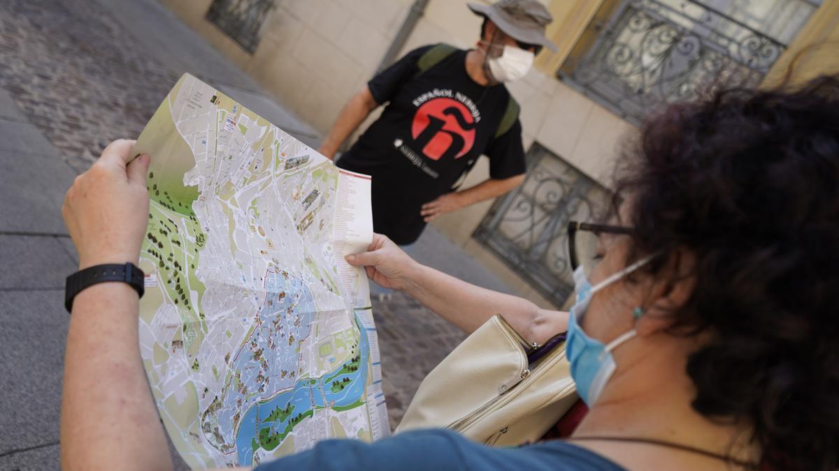 Dos turistas de visita en Zamora.