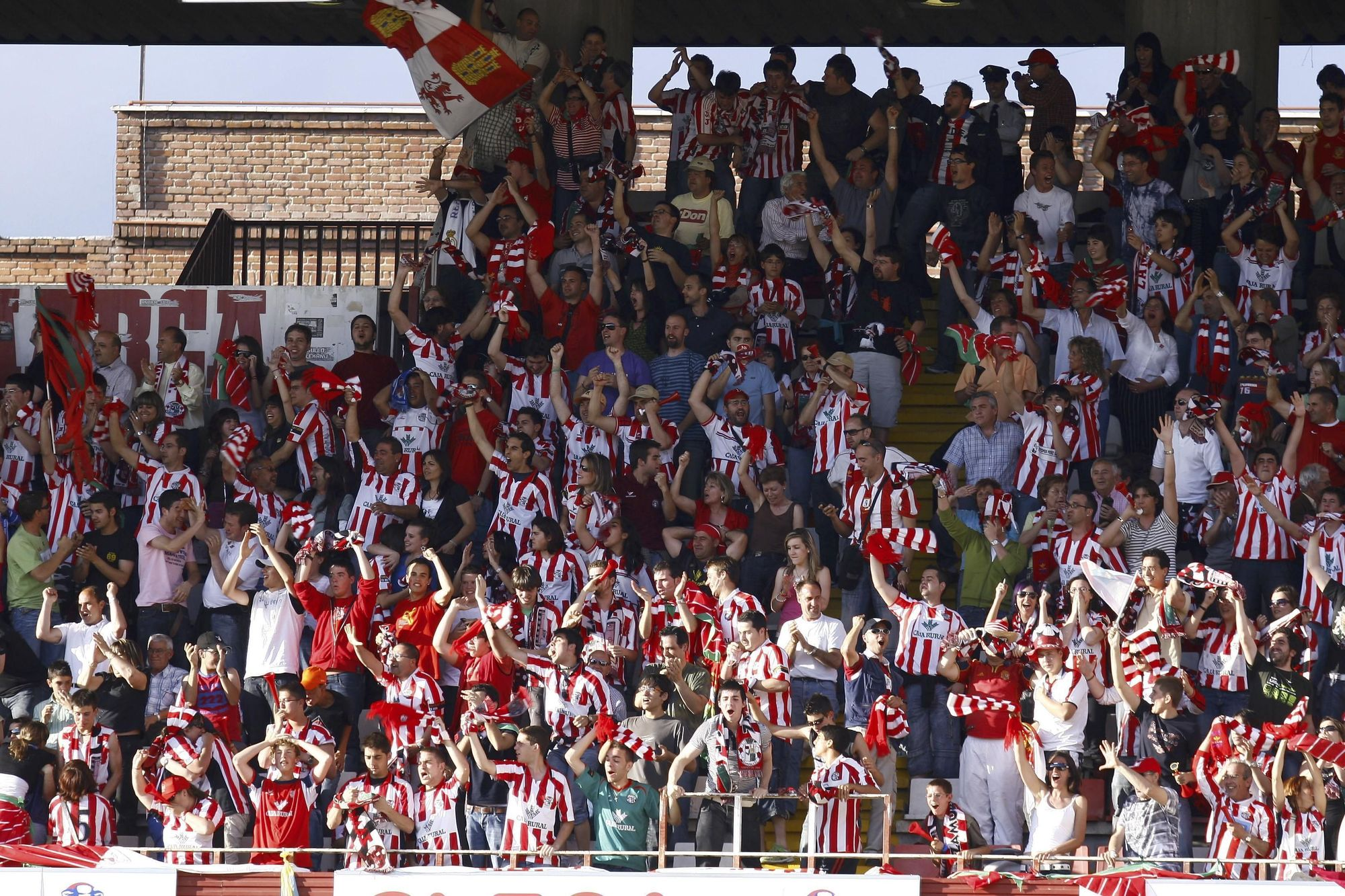 10. La afición del Zamora, durante el desplazamiento masivo a Vallecas para la final por el ascenso de la temporada 2007-2008.