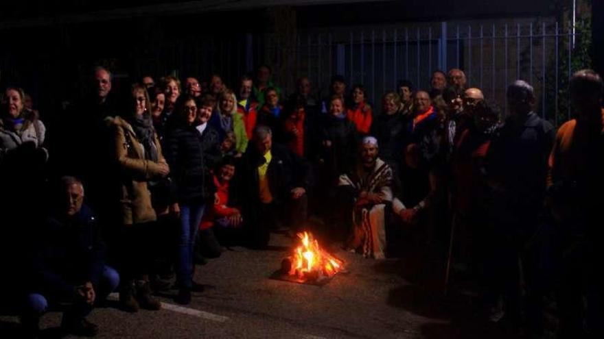 Los asistentes reunidos alrededor del fuego.