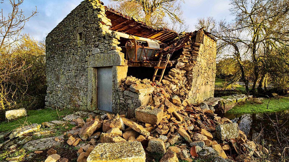 Molino Matarranas de Villamor de Cadozos en una parte del edificio dejando a la vista la maquinaria que aún se conservaba. | Lorenzo Ferrero
