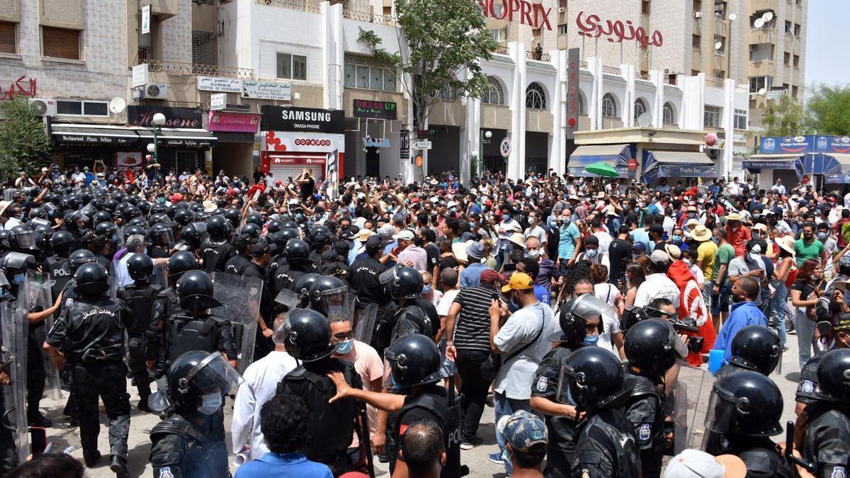 Protestas en Túnez después del anuncio del presidente de que asumía el control del país.