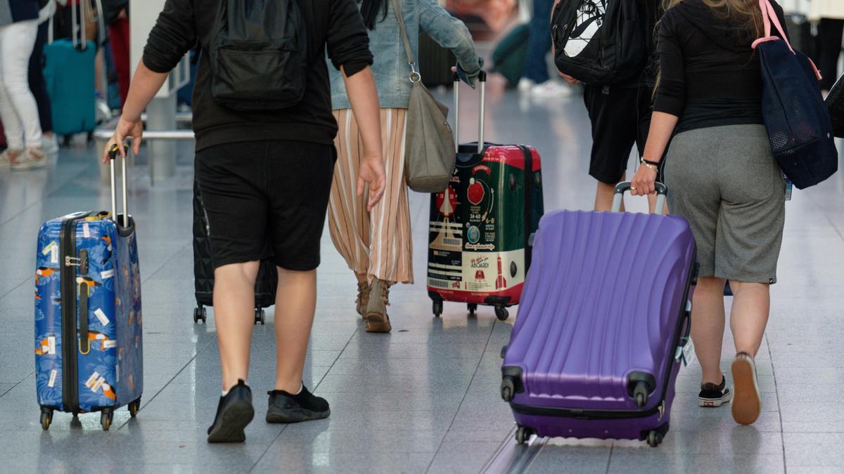 Reisende zu Beginn der Sommerferien am Flughafen Düsseldorf.