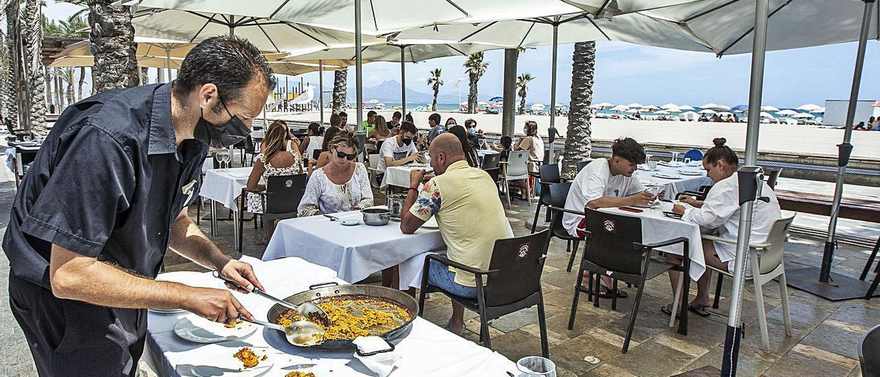 Terrazas repletas de clientes en un restaurante de la playa de San Juan. |