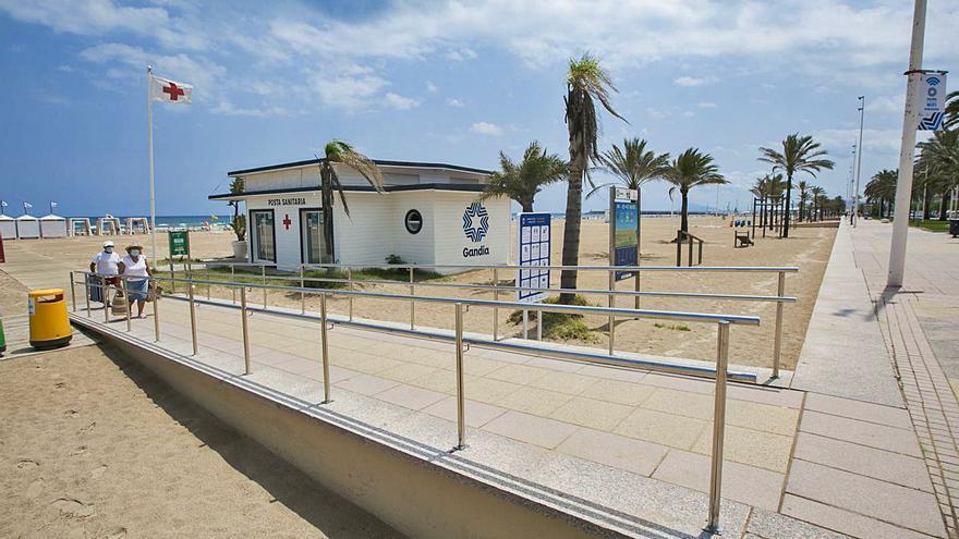 Gandia mejora a lo largo de  la playa la accesibilidad a los puntos de baño adaptado