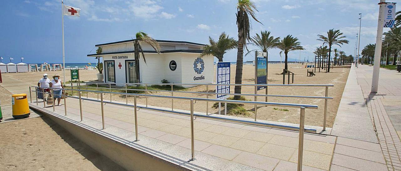 Uno de los accesos adaptados situados en la playa Nord de Gandia. | ÀLEX OLTRA