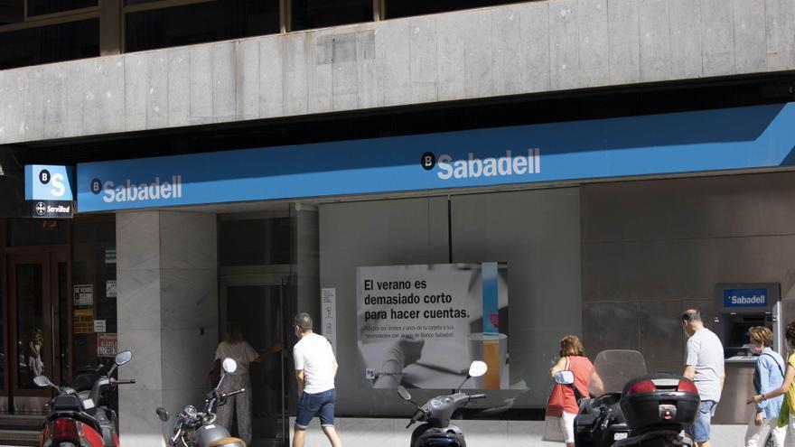 Condenan al Sabadell por vincular seguros de vida con hipotecas y deberá devolver 20.000 euros a un cliente