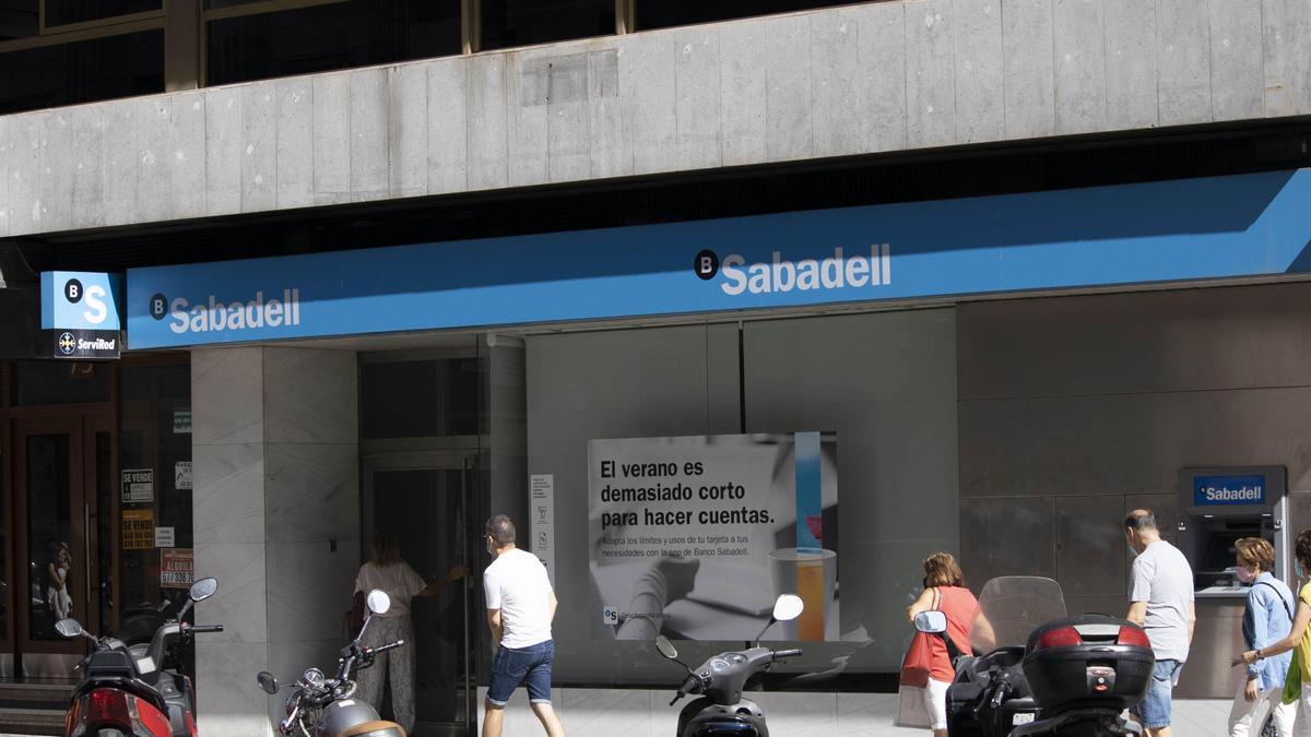 Una oficina del Banco Sabadell en la capital aragonesa