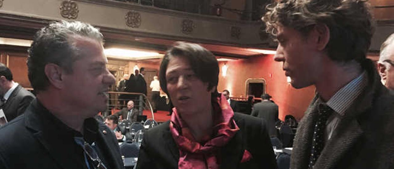 Rodríguez (izqda.), junto a la comisaria Violeta Bulc y uno de sus asesores.