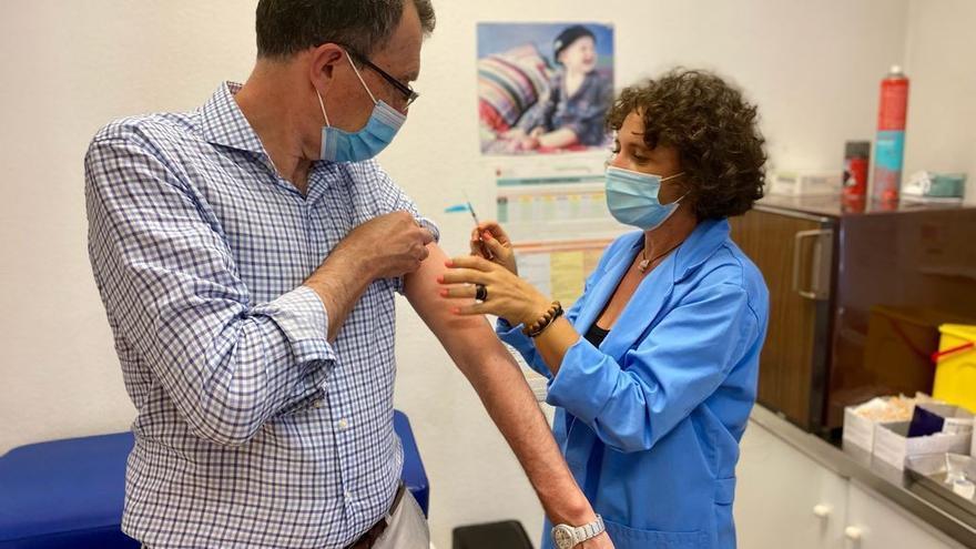 Abren expediente al jefe de vacunas de Murcia por la inmunización de Ballesta