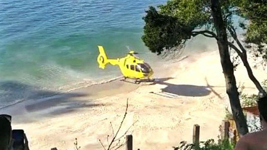 Desalojan la playa de Muíño Vello en Bueu para evacuar en helicóptero a una mujer