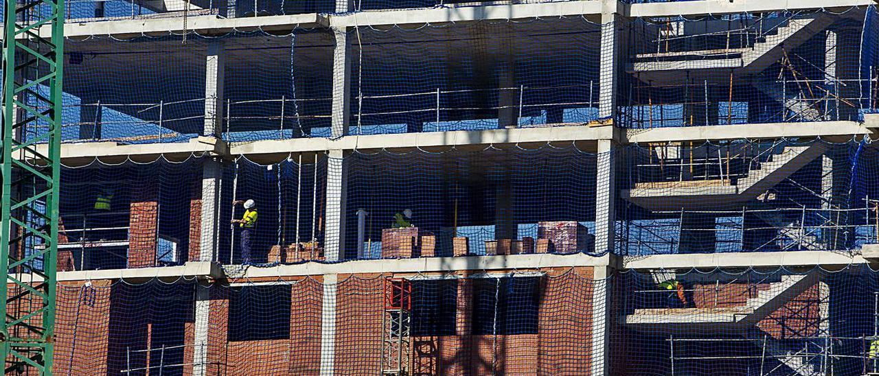 Un edificio en construcción en la ciudad de Alicante.  |