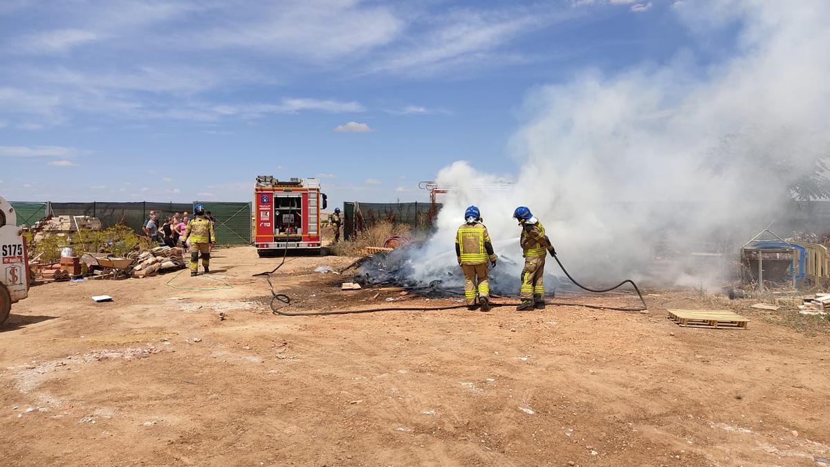 Efectivos del Parque de Toro trabajan en la extinción del incendio