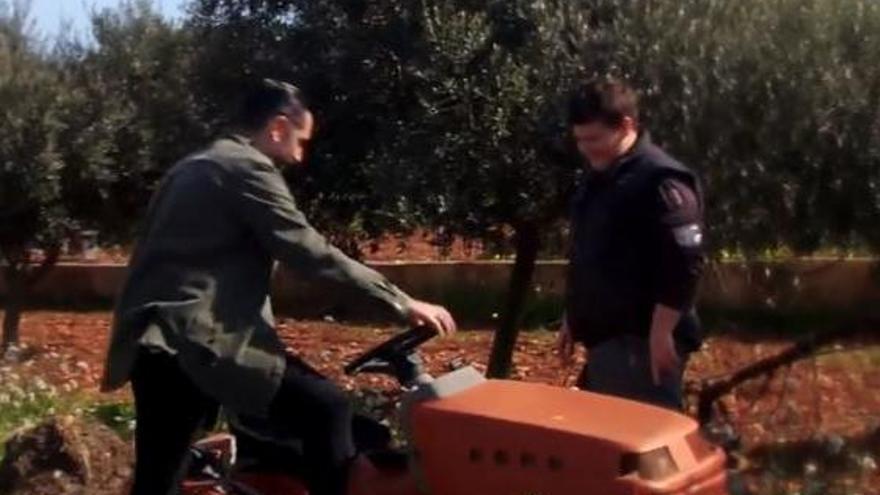 """""""¡Hostia, pilotes!"""": Miquel Montoro enseña a Dani Mateo a conducir su tractor"""