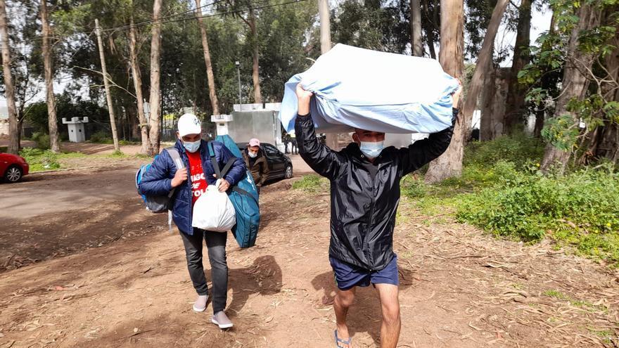 Ya son más de 40 los migrantes en la acampada de protesta en Las Raíces