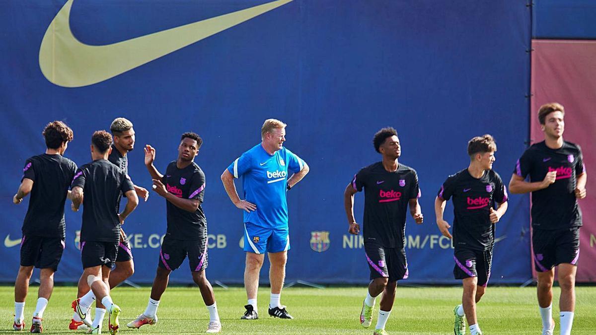 Koeman i part de la plantilla del Barça exercitant-se ahir a la Ciutat Esportiva.   EFE/ALEJANDRO GARCÍA