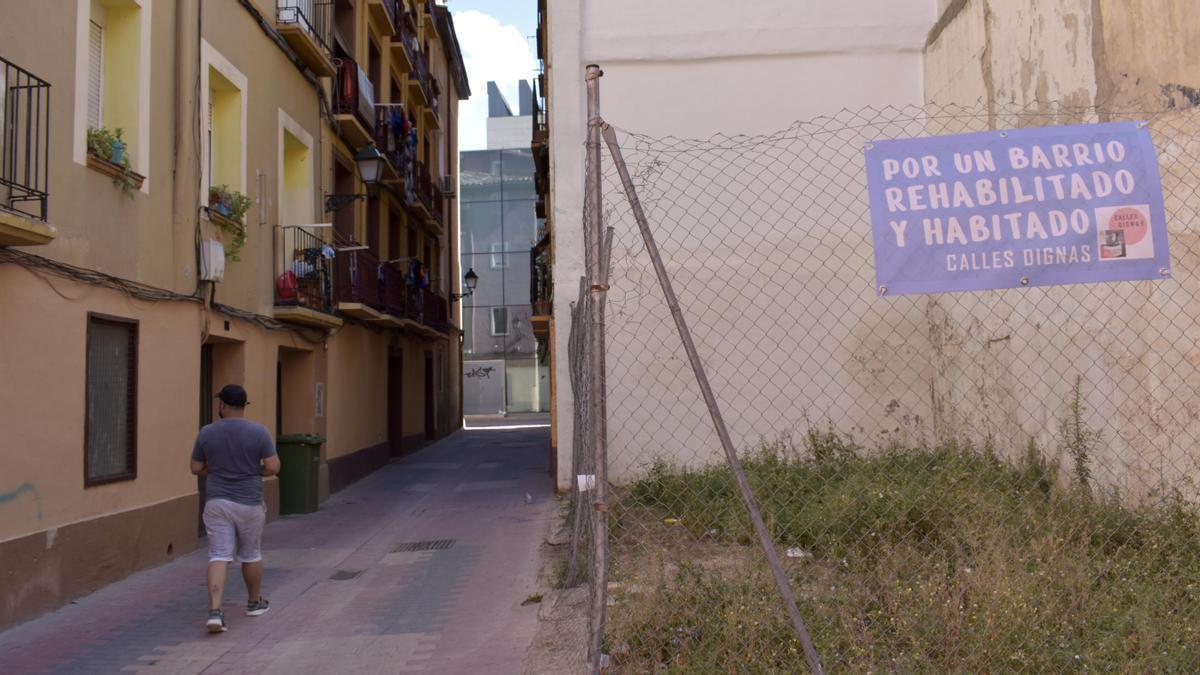 La calle Agustina de Aragón y una de las placitas que hace en su encuentro con Miguel de Ara.
