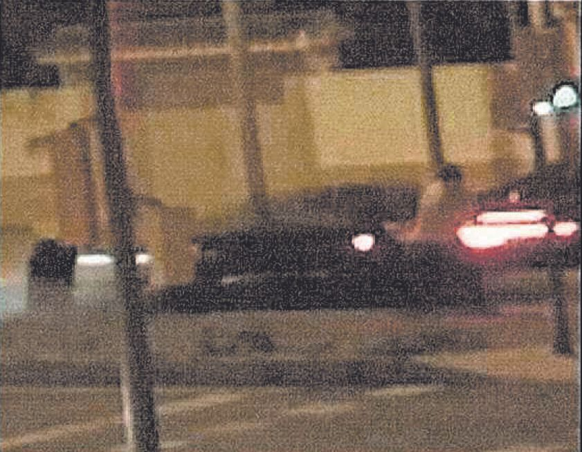 El vehículo arrolla a un hombre y hiere a otro