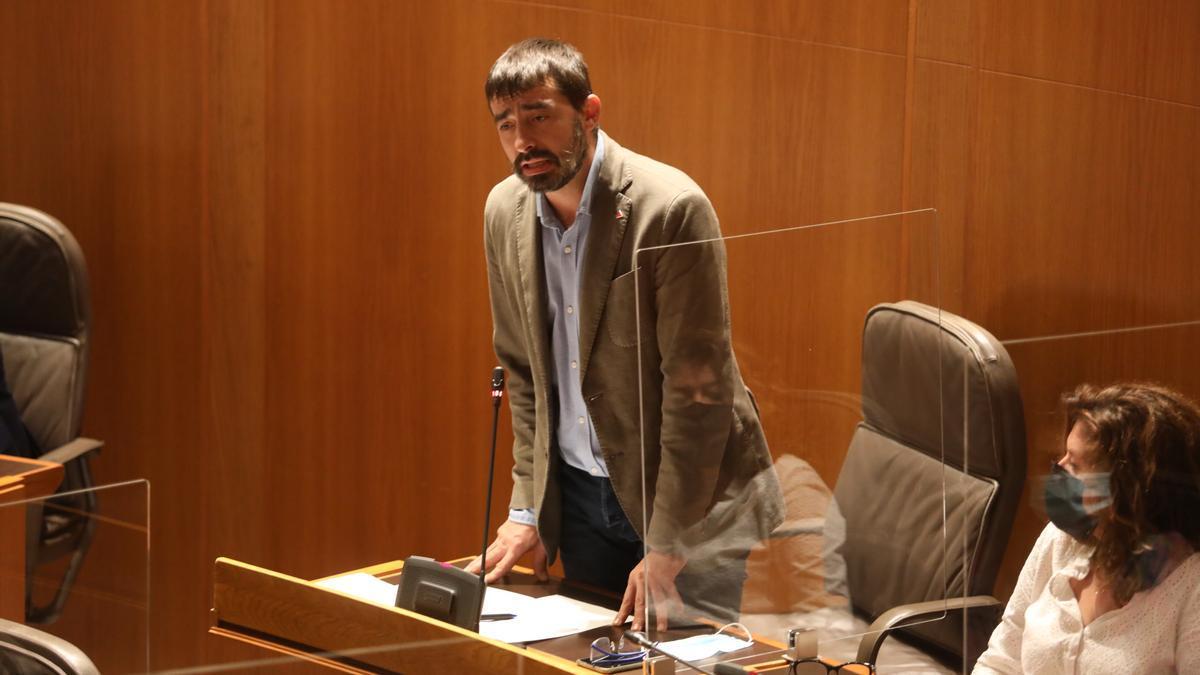 El portavoz de IU, Álvaro Sanz, interviene en las Cortes.